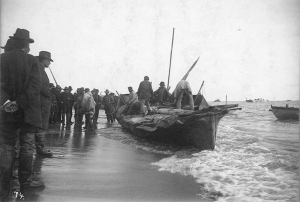 eskimos_unloading_goods_onto_beach_from_umiak_or_skin_boat_nome_alaska_ca_1900_hester_259